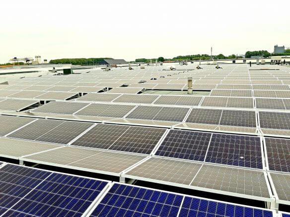 Dak van een productiebedrijf in Utrecht voorzien van zonnepanelen
